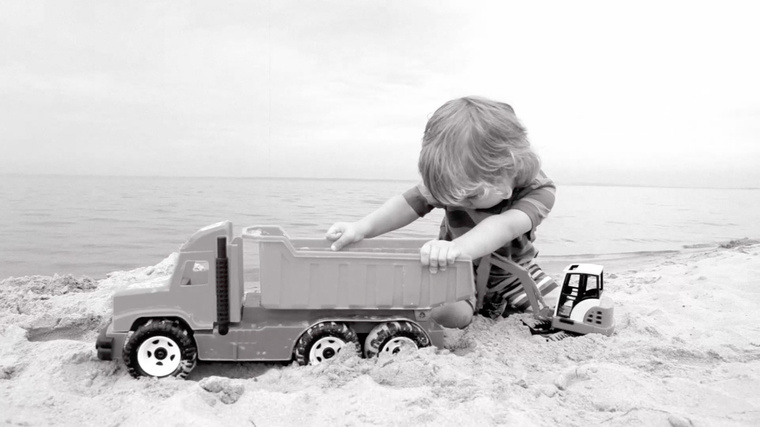 edito kid playing with a truck on the beach help and advice