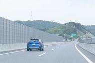 新東名高速を走るaudi q2